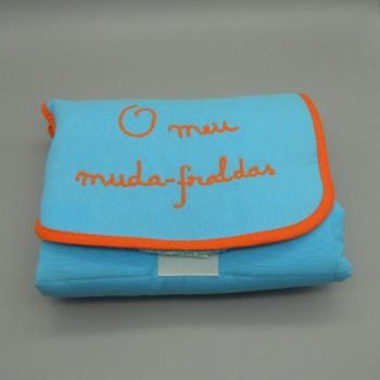 "ref.050821-AT-LA - ""O meu muda - fraldas""em fustão azul turquesa - bordado laranja - fechado"
