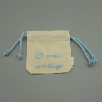 """ref.050824-AC-  Saco para umbigo """" o meu umbigo"""" em pano cru - bordado azul claro"""