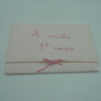 """ref.050818-RC-RC-Bolsa  """"A minha 1ª roupa"""" em fustão rosa claro - bordado rosa claro"""